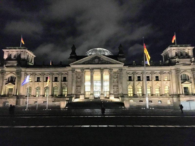 ライトアップされたベルリンの国会議事堂