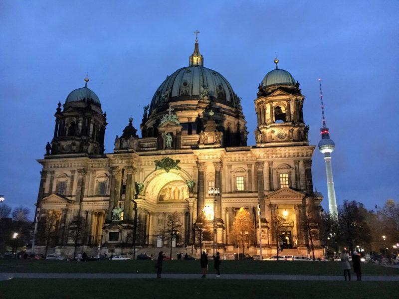 ライトアップされたベルリン大聖堂