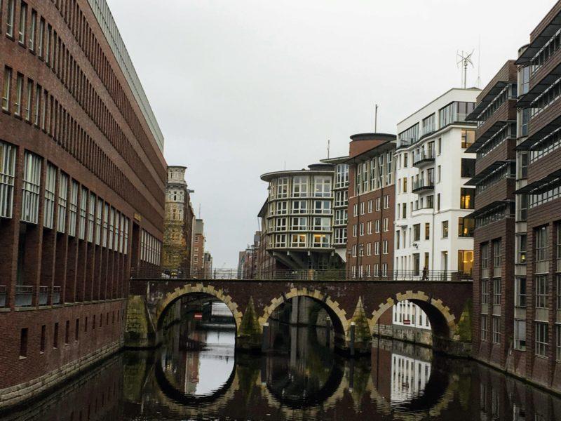 ハンブルクの建物に囲まれた橋