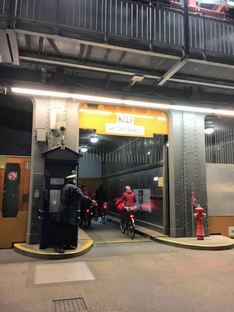 ハンブルクのザンクト・パウリ・エルベトンネルのエレベーター