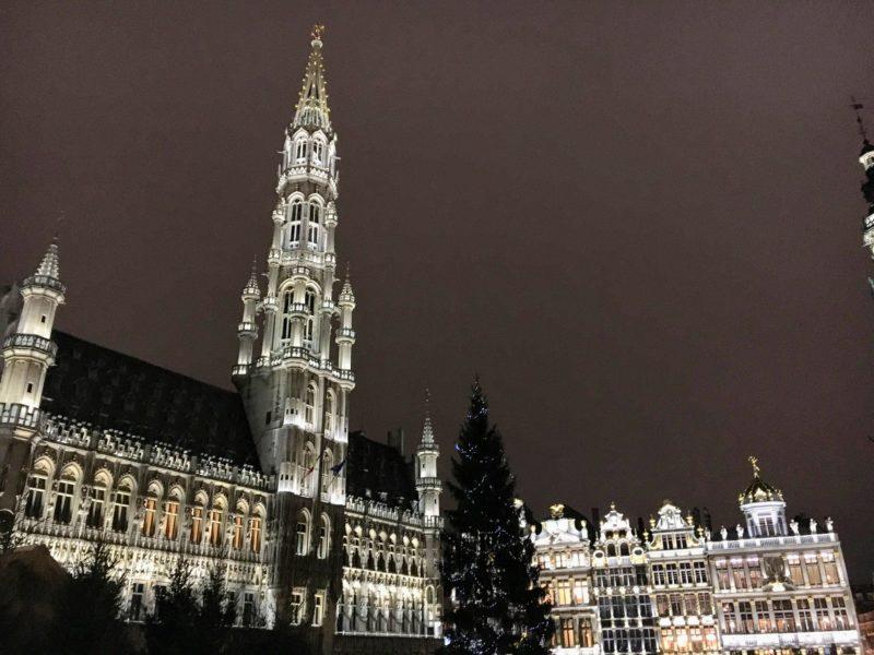 ベルギーのグランプラスにある市役所のライトアップ