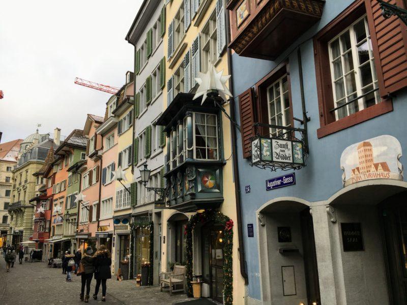 チューリッヒのカラフルな建物並み