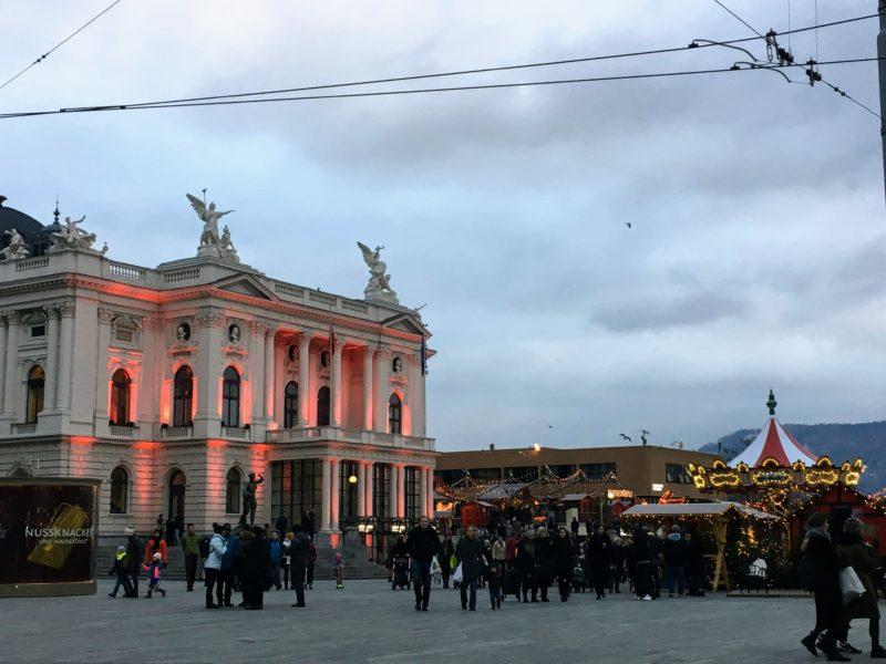 チューリッヒ歌劇場のライトアップ
