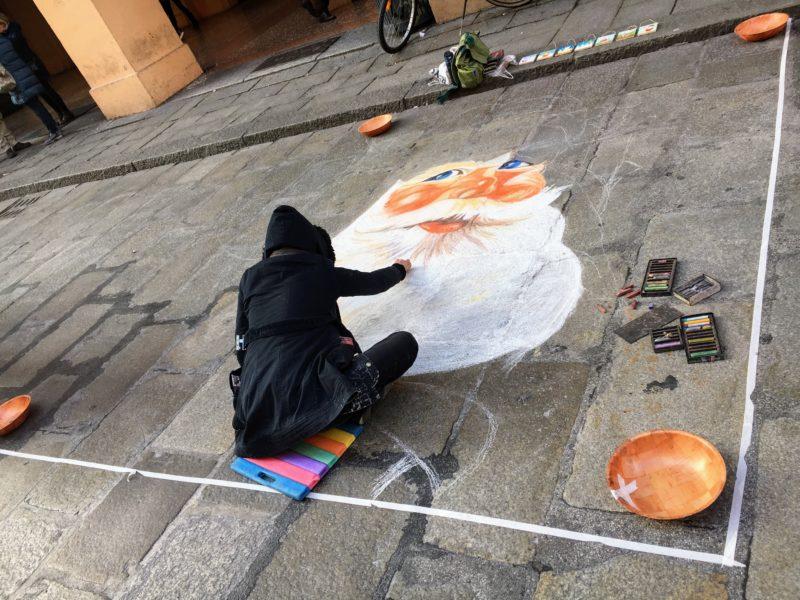 ボローニャの地面にサンタの絵描き