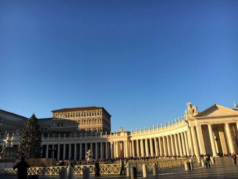 サン・ピエトロ大聖堂見学に並ぶ人の列