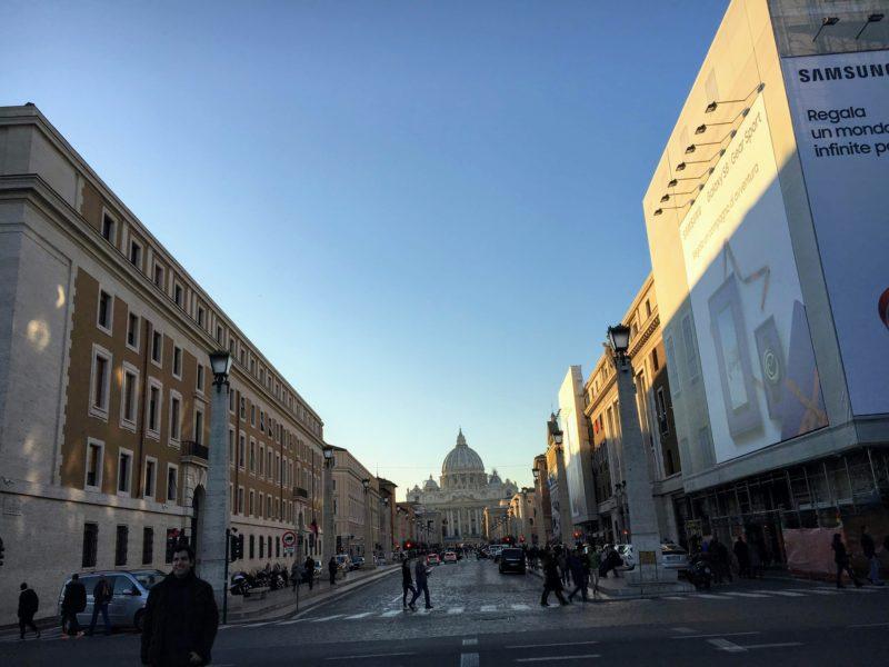 サン・ピエトロ大聖堂とサンタンジェロ城をつなぐ道