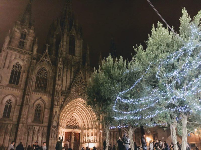 サンタ・エウラリア大聖堂とクリスマスツリー