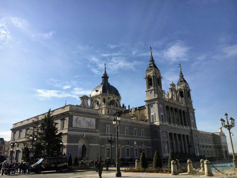 王宮側から見たアルムデナ大聖堂