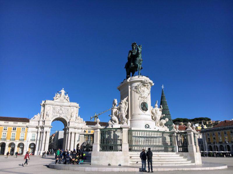 コルメシオ広場の中央にあるジョゼ1世の騎馬像