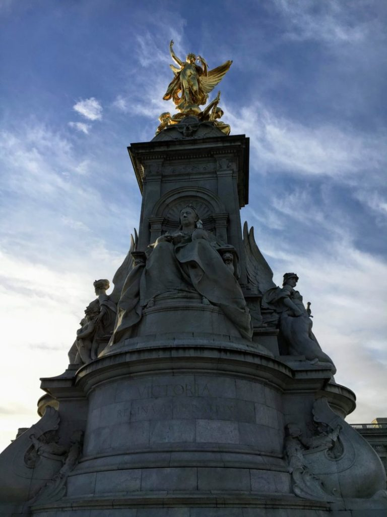 バッキンガム宮殿前広場のヴィクトリア記念碑
