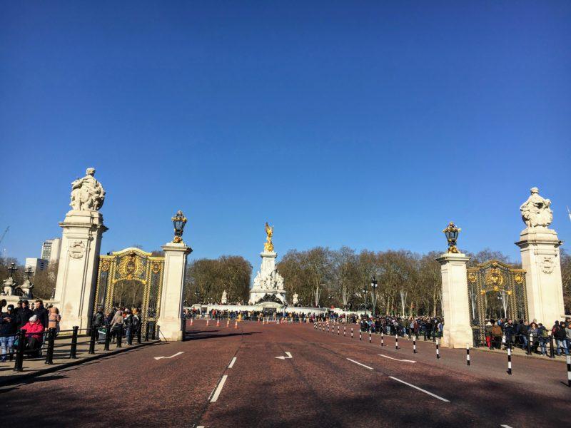 バッキンガム宮殿の門から見るヴィクトリア記念碑