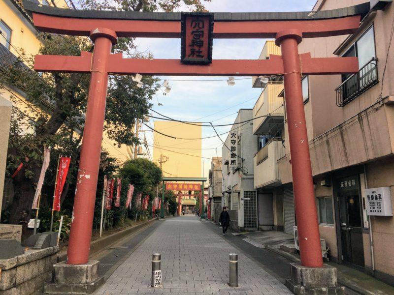 穴守稲荷神社に続く道の前の鳥居