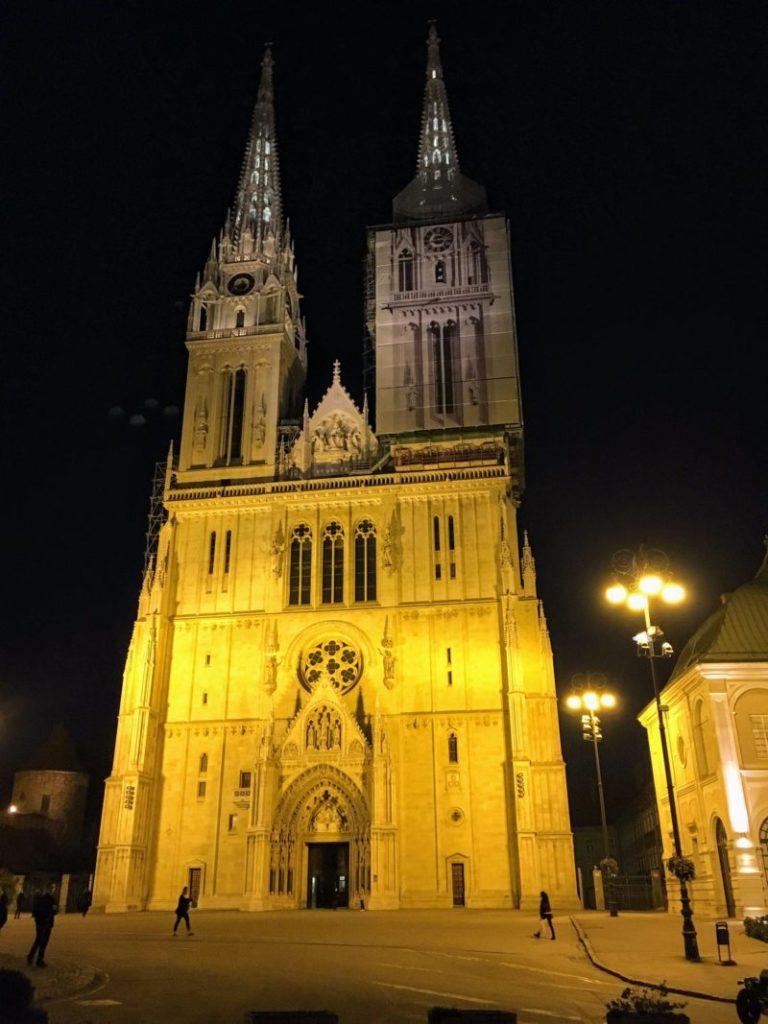 ザグレブ大聖堂のライトアップ