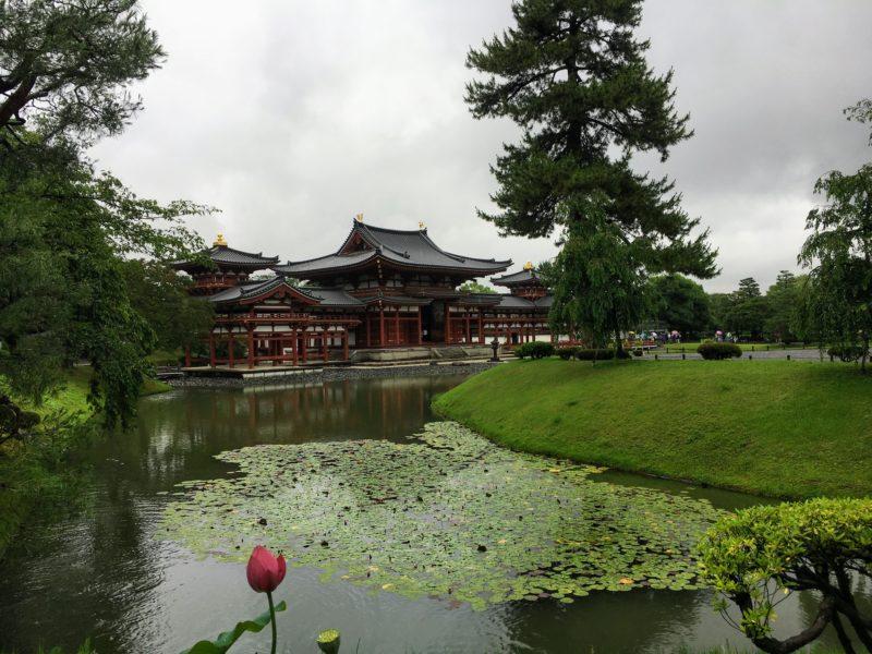平等院鳳凰堂を囲う庭園池