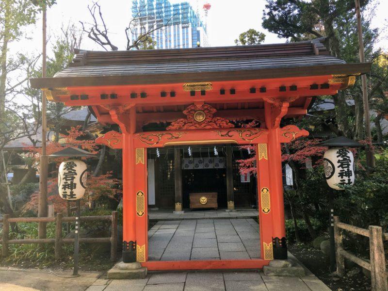 愛宕神社の丹塗りの門、社殿