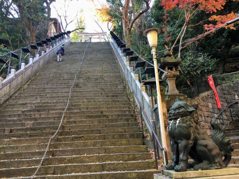 出世の石段(男坂)、右に見えるのが女坂