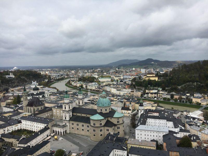 ホーエンザルツブルク城の城壁のテラスから見える景色