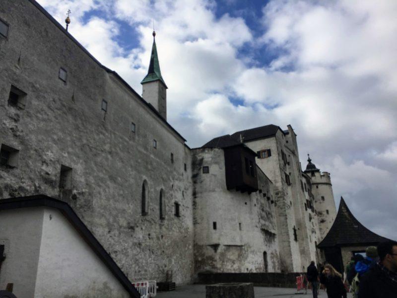 ホーエンザルツブルク城の城壁にあるテラス