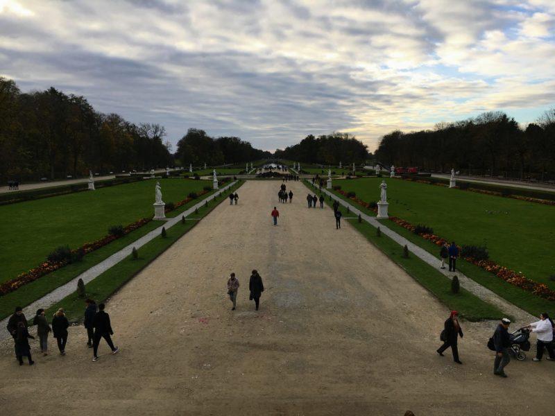 ニンフェンベルク城の階段の上から見える広大な庭園