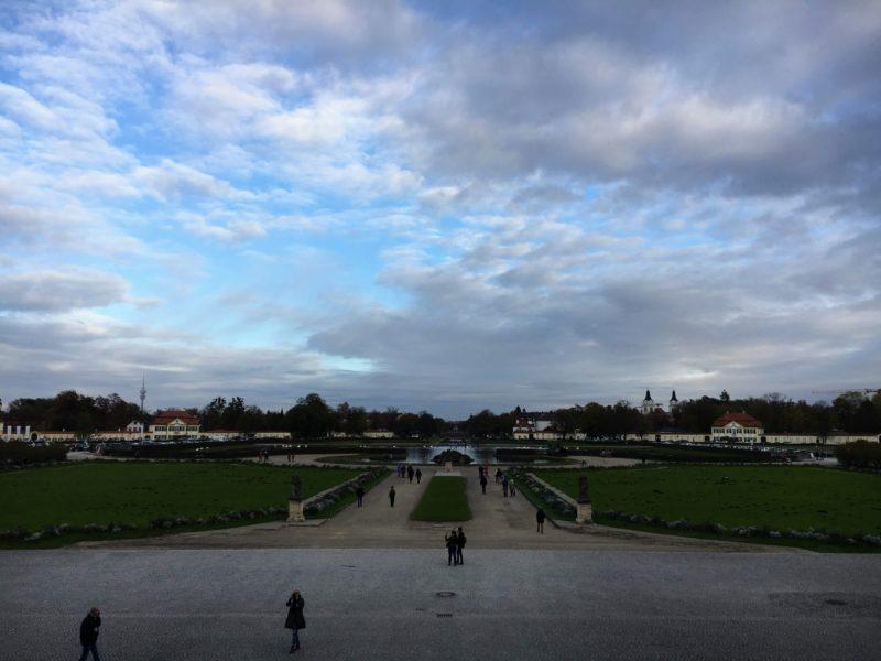 ニンフェンベルク城の階段に上がって見える景色