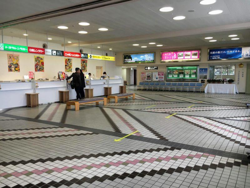 山形空港内1階にあるレンタカーのカウンター