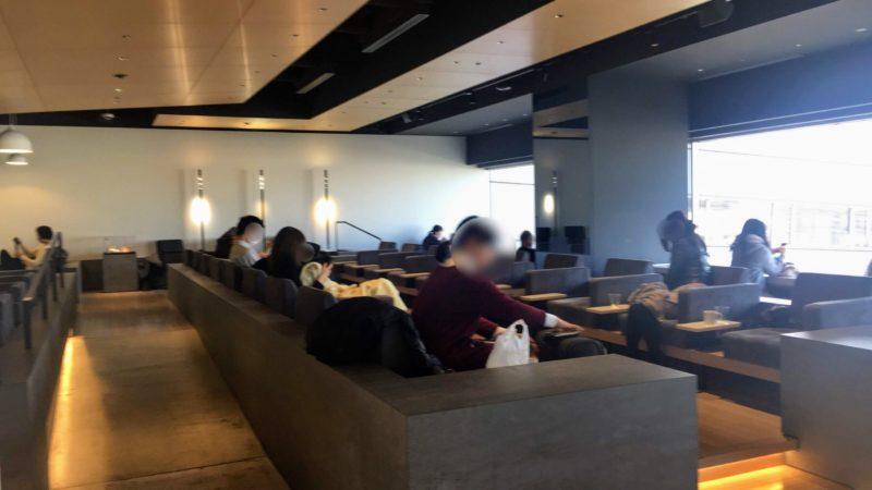 羽田空港第1ターミナルパワーラウンジサウスのソファスペース
