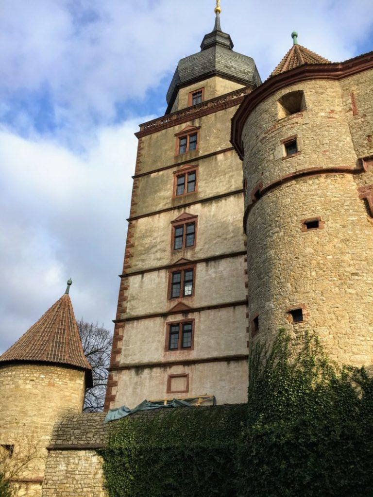 広場と反対側から見える聖キリアン塔
