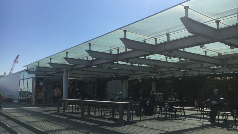 羽田空港第2ターミナルの展望デッキにあるカフェのテーブルと椅子