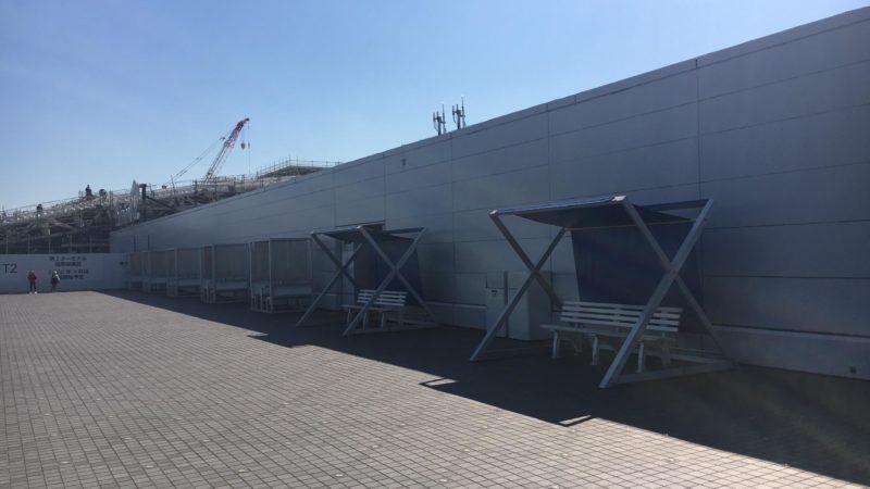 羽田空港第2ターミナルの展望デッキ奥にあるテーブルと椅子
