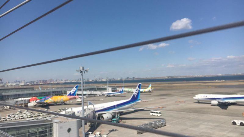 羽田空港第2ターミナルの展望デッキから見える飛行機