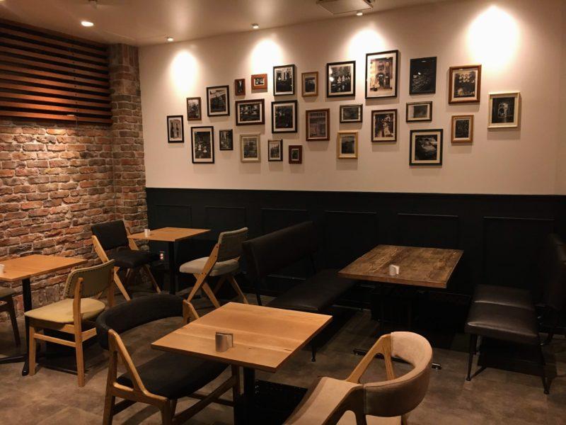 カフェウミノの店内テーブル席