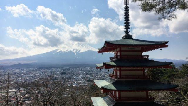 新倉山浅間公園の五重塔越しの富士山