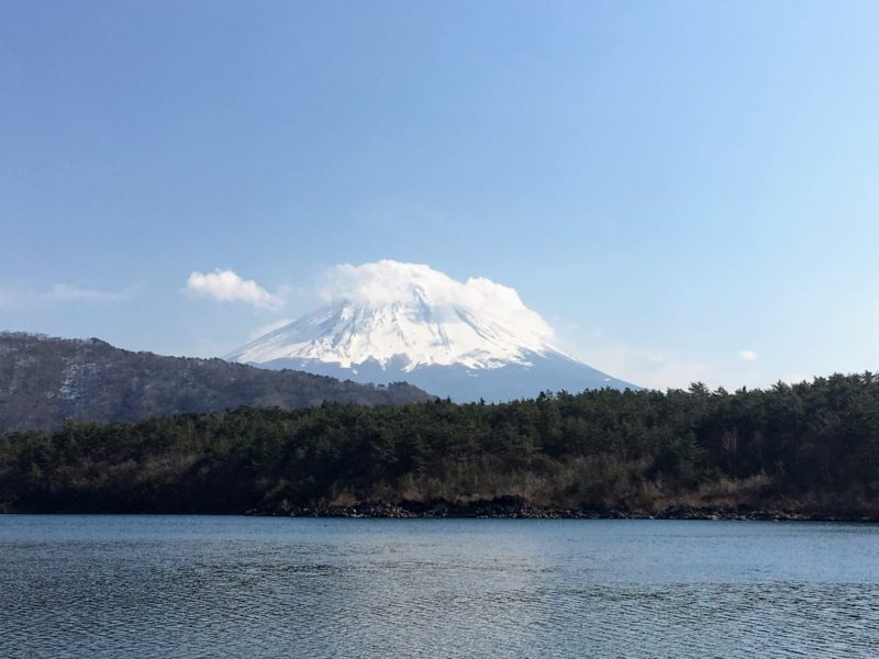 西湖(根場浜の浜辺)から見える富士山