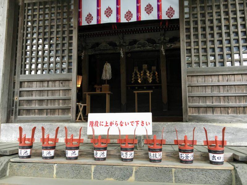 忍野八海 浅間神社の社殿前の忍野八海