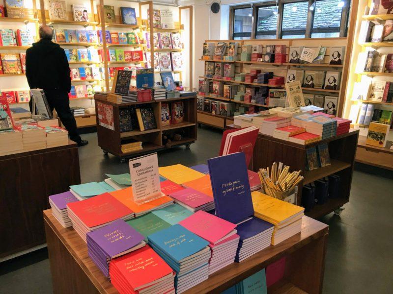 シェイクスピアセンター隣接のギフト/ブックショップ(Shakespeare Gift/Bookshop)の内部
