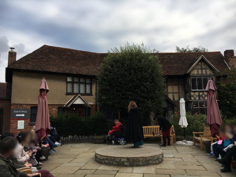シェイクスピアの生家(Shakespeare's Birthplace)前広場でのパフォーマンス
